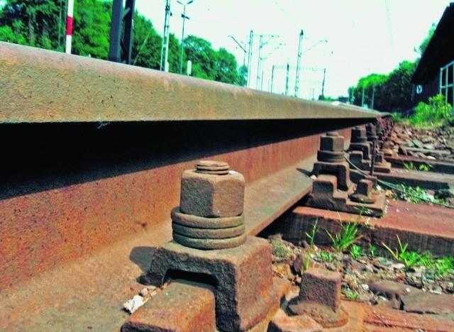 Z tras kolejowych giną przewody i metalowe elementy