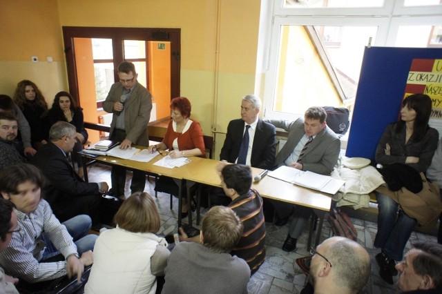 W szkole w Kicinie spotkali się przeciwnicy inwestycji firmy Bros