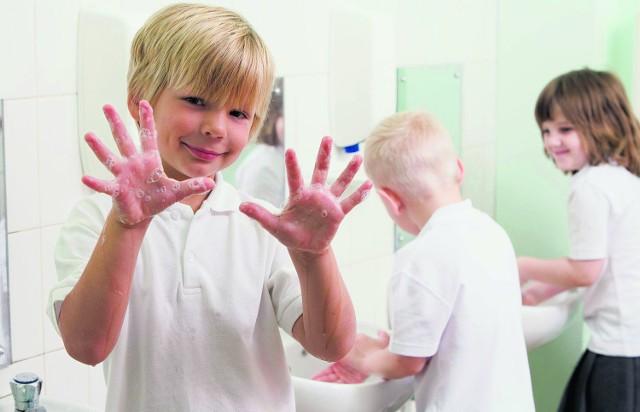 Mycie rąk, jeśli szkoła zapewni odpowiednie warunki, może być świetną zabawą