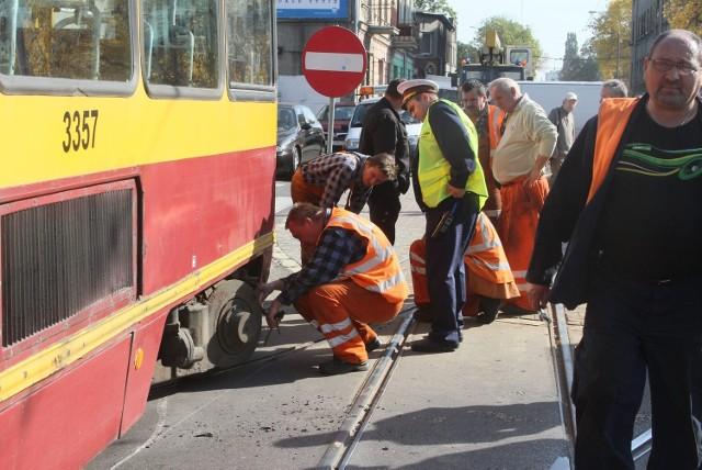 Tramwaj linii 13 wykoleił się na Kilińskiego przy Dąbrowskiego.
