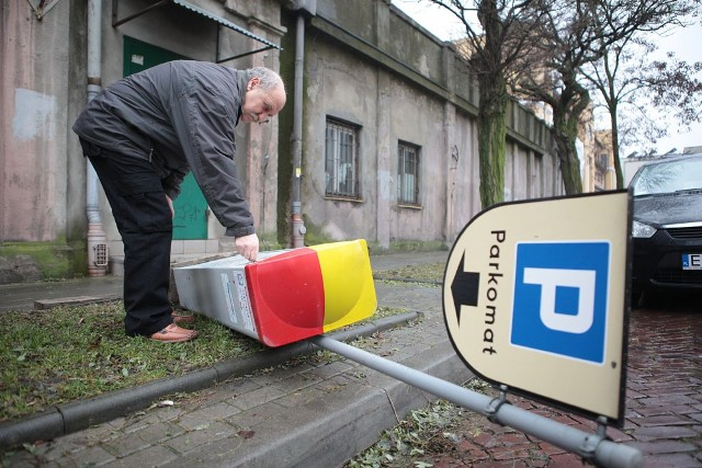 Wyrwany parkomat przed katedrą w Łodzi. Przyjmuje pieniądze, ale nie wydaje biletów.