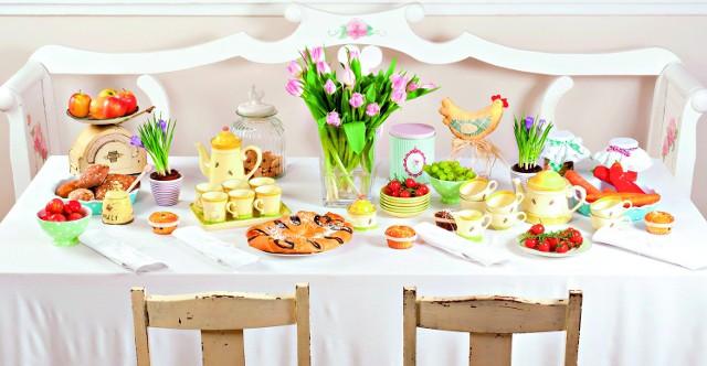 Prostota. Na świątecznym stole muszą być  pisanki i mnóstwo kwiatów, biały obrus i wykrochmalone serwetki