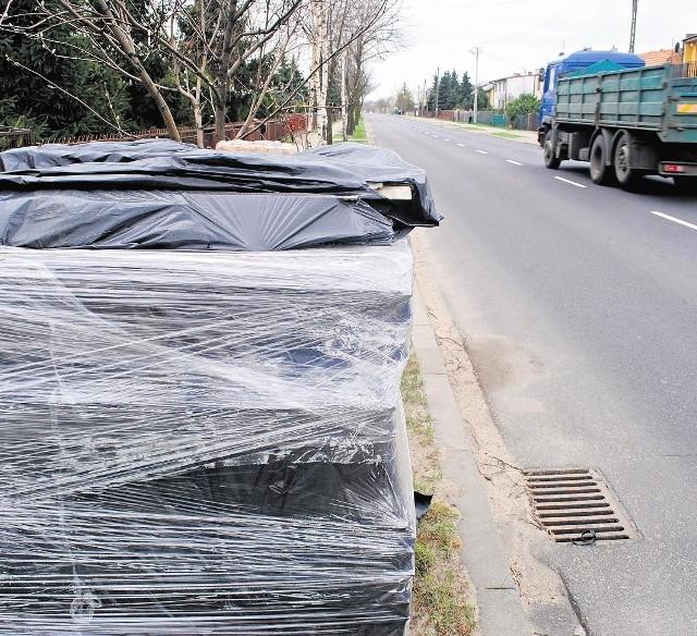 Zdemontowane z dachu płyty eternitowe nie mogą czekać na wywóz, leżąc przy drodze