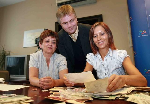 Pamiątki po Grzegorzu Połeciu przekazały dyrektorowi muzeum Bogdanowi Klochowi, żona działacza Urszula i córka Katarzyna