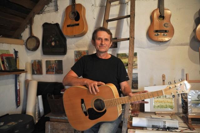 Andrzej Janeczko w pracowni we wsi Ługi, gdzie jest sołtysem
