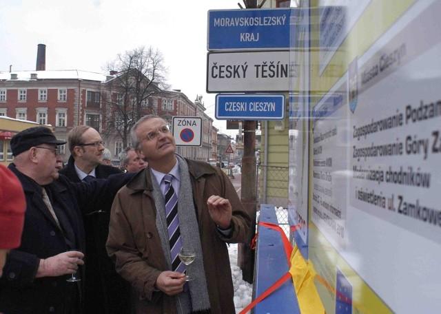 Europarlamentarzyści przed tablicą na moście Przyjaźni