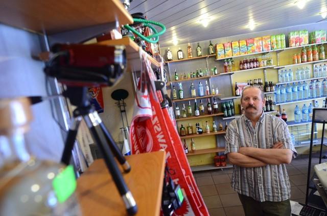 Marek Obtułowicz, regularnie okradany sklepikarz, postanowił nagrywać sprawców kamerą i publikować filmy w internecie.