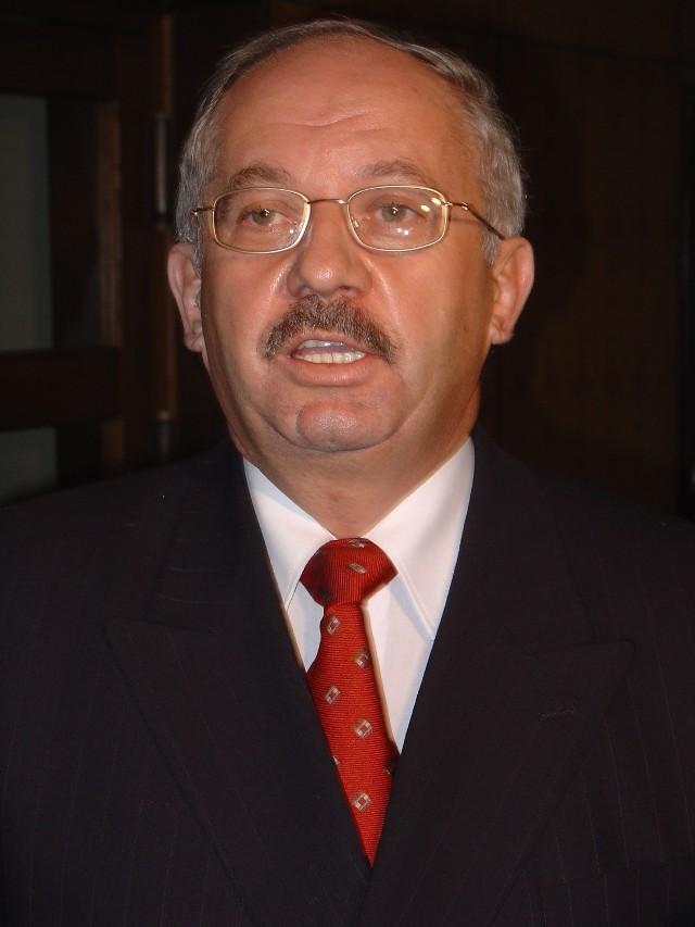 W 2006 roku nad Henrykiem Stokłosą zbierają się prawdziwe czarne chmury. CBŚ rozbija korupcyjny układ w ministerstwie finansów. W sprawie pojawia się nazwisko Stokłosy, który za łapówki miał dostawać korzystne dla siebie decyzje podatkowe. Prokuratura Okręgowa Warszawa Praga wszczyna śledztwo, a w Śmiłowie pojawiają się prokuratorzy i funkcjonariusze CBŚ. W grudniu zostaje zatrzymany doradca finansowy Stokłosy, Marian J., który stanie się głównym świadkiem oskarżenia. Do aresztu trafia także dyrektor finansowa Farmutilu, Elżbieta N. Śledczym nie udaje się jednak dopaść Stokłosy. Kiedy zaczyna robić się gorąco, znika z kraju.
