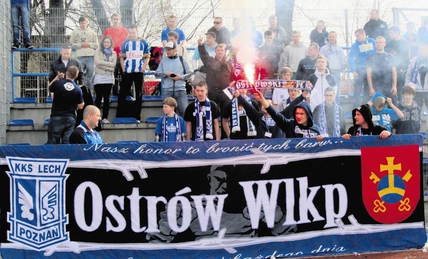 Kibice w Ostrowie zgotowali piłkarzom Lecha Poznań gorące przyjęcie.