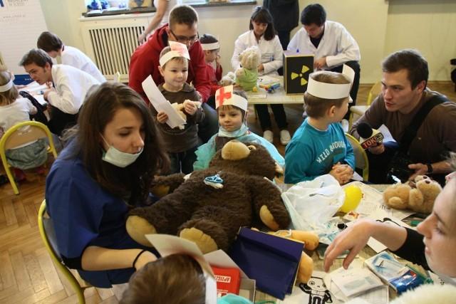 Przedszkolaki leczyły i operowały pluszowe misie.