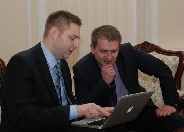 Michał Nedoszytko (z lewej) przedstawił ministrowi zdrowia, Bartoszowi Arłukowiczowi założenia i sposób funkcjonowania strony
