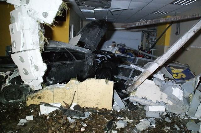 Aleja Włókniarzy w Łodzi: samochód wbił się w ścianę. Zginęły dwie osoby.