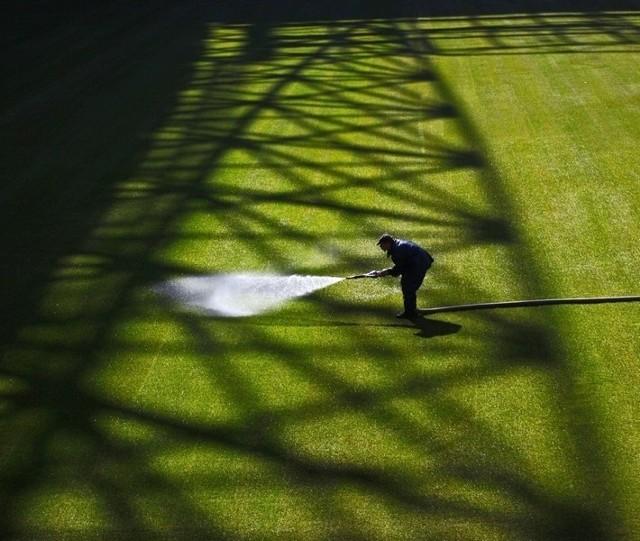 Podlewanie trawy na stadionie miejskim