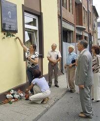 Córka pioniera kosmonautyki, Arego Szternfelda, przyjeżdża we wtorek do Sieradza. Na zdjęciu - odsłonięcie pamiątkowej tablicy uczonego.