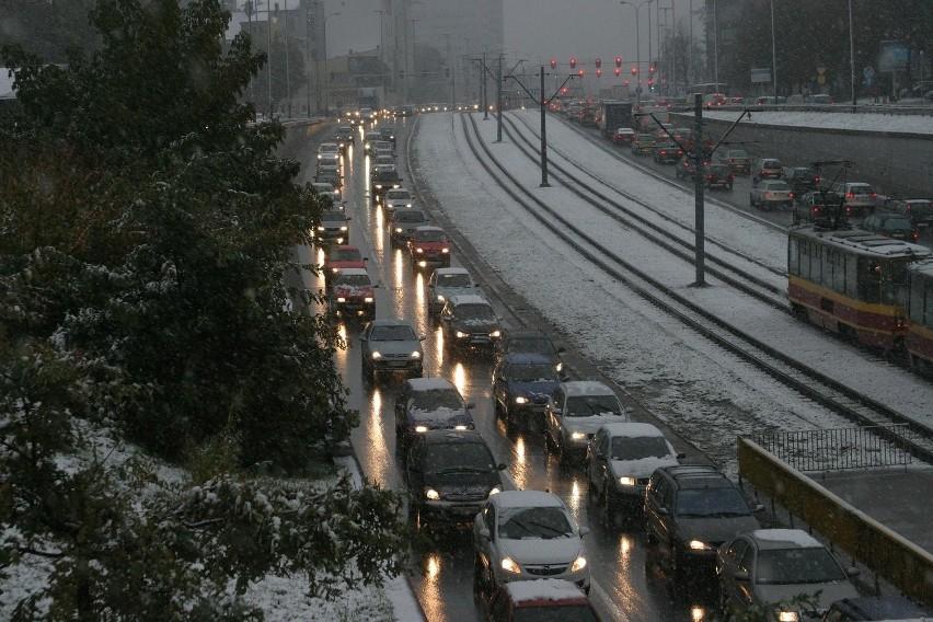 Przetargi na zimowe utrzymanie dróg rozstrzygane były dopiero w styczniu - wytyka wiceprezydent Łodzi Paweł Paczkowski.