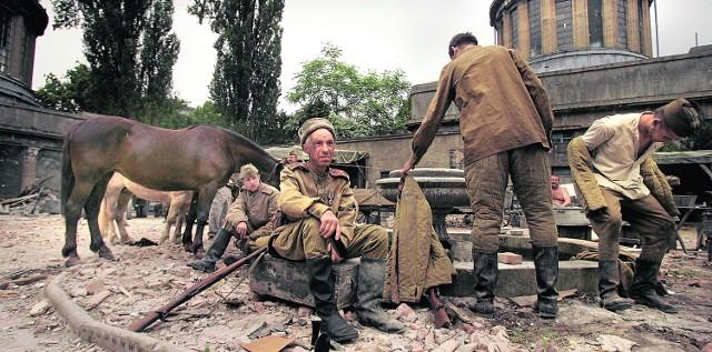 Żołnierze radzieccy mieli padać ofiarą werwolfu (kadr kręconego we Wrocławiu filmu Anonima)