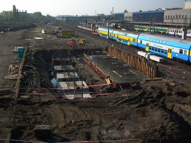 Po wschodniej stronie powstają fundamenty pod bryłę nowego dworca.  Jeśli pogoda dopisze, budynek ujrzymy już w styczniu