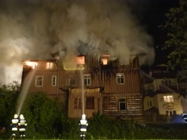 Strażacy gasili z niedzieli na poniedziałek zabytkowy budynek w centrum uzdrowiska