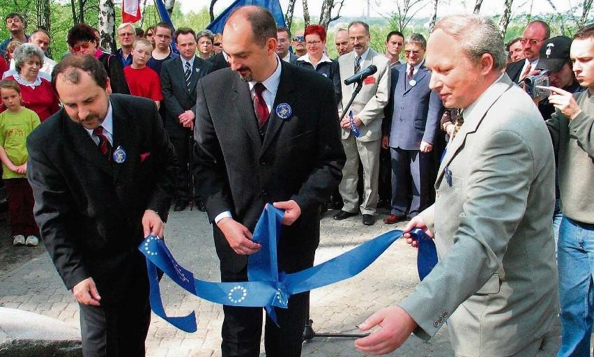 Archiwalne zdjęcie z 2004 roku. Prezydenci Górski, Silbert i Osyra odsłaniają obelisk w Trójkącie Trzech Cesarzy