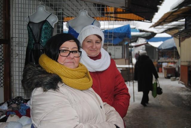Danuta i Zdzisława narzekają na warunki, w jakich handlują