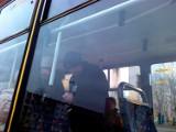 Kontroler żąda paragonu od pasażera MPK