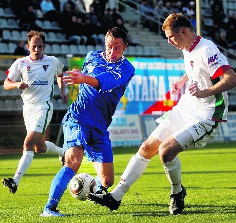 Tomasz Jarzębowski (w niebieskim stroju) okazał się dużym wzmocnieniem zespołu Miedzi