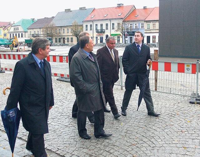 Marszałkowie sprawdzali niedawno jak w Sieradzu buduje się za unijne pieniądze.