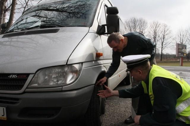 Przez całe ferie na parkingu przy fali policja kontroluje busy i autokary wożące dzieci.