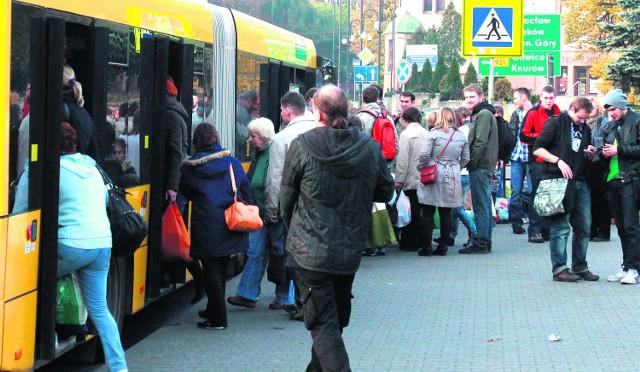 W czasie długich weekendów na przystankach kłębią się tłumy