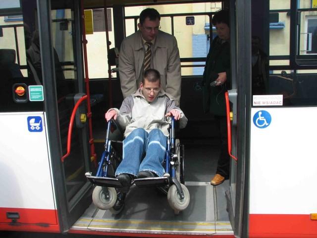 Wjechać do autobusu wózkiem jest bardzo trudno