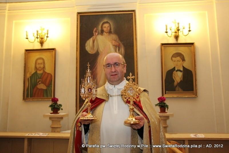 Ks. Janusz Zdolski z relikwiami Jana Pawła II