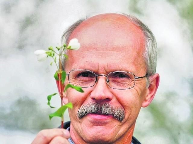 - Zakwitł jaśmin, więc do zimy daleko - mówi Jerzy Kucharski