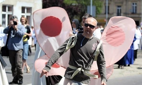 Paweł Hajncel w stroju człowieka-motyla