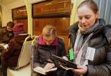 Wspólne czytanie książek w tramwaju linii 11 [ZDJĘCIA]