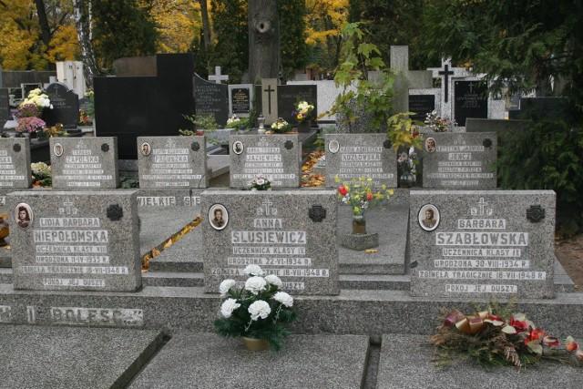 Groby większości harcerek, które utonęły  w jeziorze Gardno, znajdują się  na Cmentarzu Starym w Łodzi.