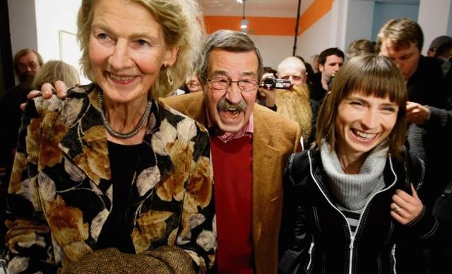 Uradowany Grass pomiędzy swoją żoną Ute (po lewej) i dyrektor Gdańskiej Galerii Miejskiej Iwoną Bigos