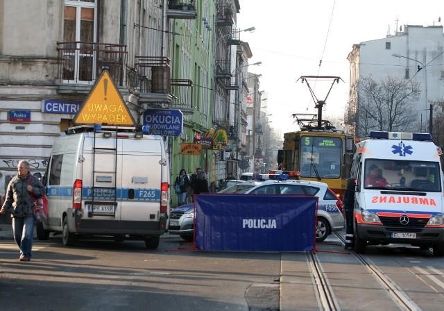 Do tragicznego wypadku doszło w poniedziałek na Przybyszewskiego w Łodzi. Pijany kierowca przejechał kobietę na przejściu dla pieszych.