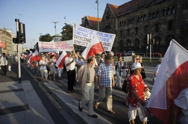"""Tradycyjnie 10 dnia każdego miesiąca odbywają się w Poznaniu """"Marsze pamięci"""", które mają przypominać poznaniakom katastrofę smoleńską"""