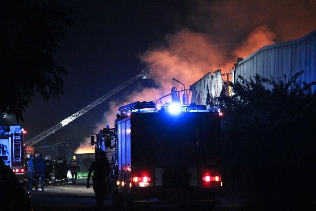 W Zelowie spłonęła hala magazynowa. Strażakom udało się uratować dwie sąsiednie hale