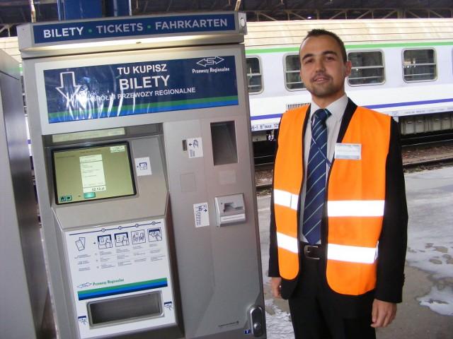 Mariusz Herchold będzie w środę pomagał pasażerom kupować bilety w automatach  znajdujących się na peronach