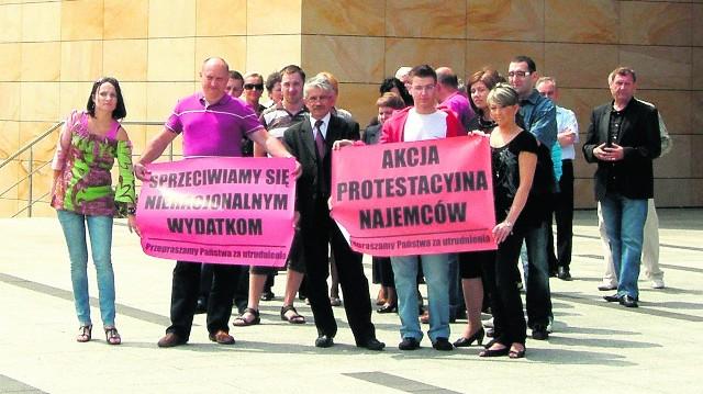 Zdesperowani kupcy z radnym Grzegorzem Doboszem pikietowali przez kilkadziesiąt minut wejście do galerii Sandecja