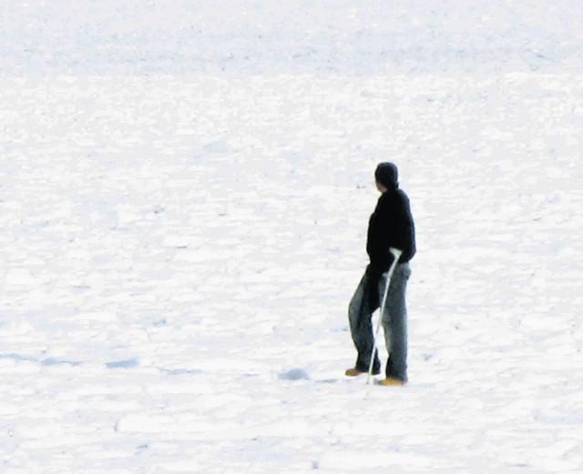 Na lód wychodzą też nie w pełni sprawni spacerowicze...