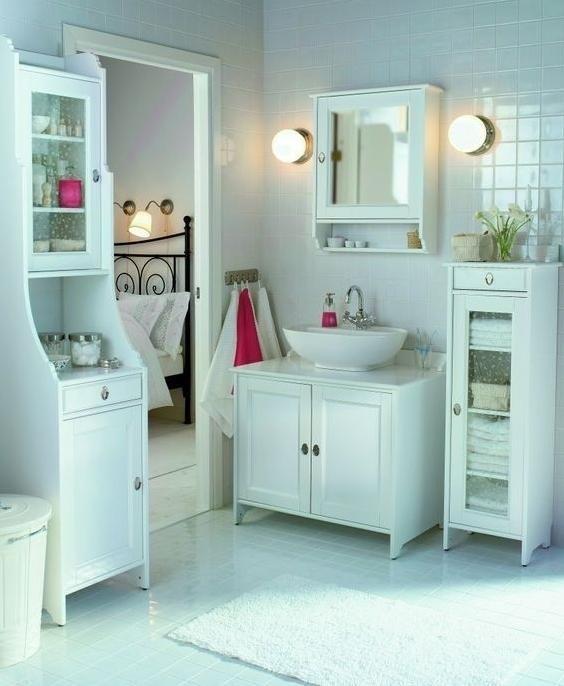 Flaren, IKEA, komplet mebli łazienkowych w romantycznym stylu, który dopełniają utrzymane w podobnym charakterze ceramika i armatura