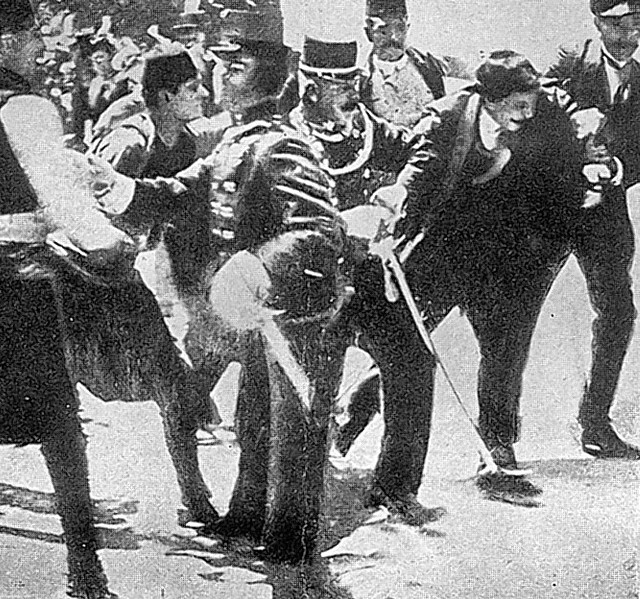 Zatrzymanie zabójcy  (po prawej)  książęcej pary