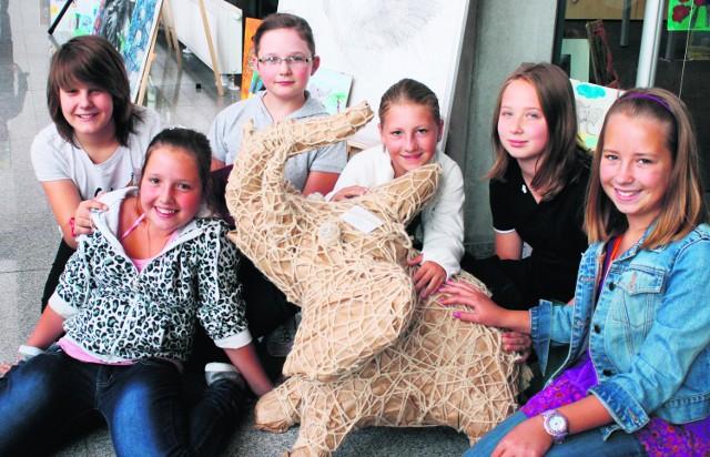"""Ola, Milena, Iza, Ada, Sara i Oliwia z własnoręcznie wykonanym """"słoniem pokoju"""""""