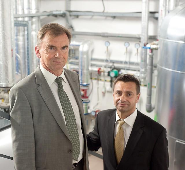 Marek Wachelka i Jacek Baran z Wachelka Inergis wewnątrz nowoczesnej kotłowni szpitala
