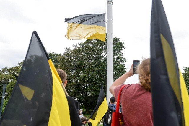 Ogromna, czarno-złota flaga zawisła na Górze Gradowej w Gdańsku