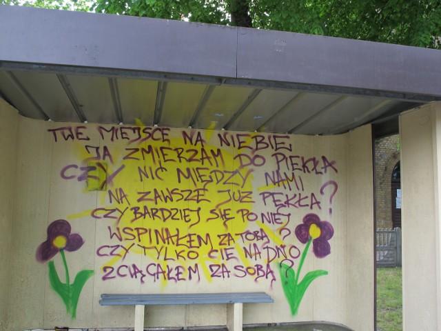 Napis na przystanku w Gliniku powstał rok temu. Sołtys wraz z częścią mieszkańców zdecydował, że nie będzie go zamalowywał.