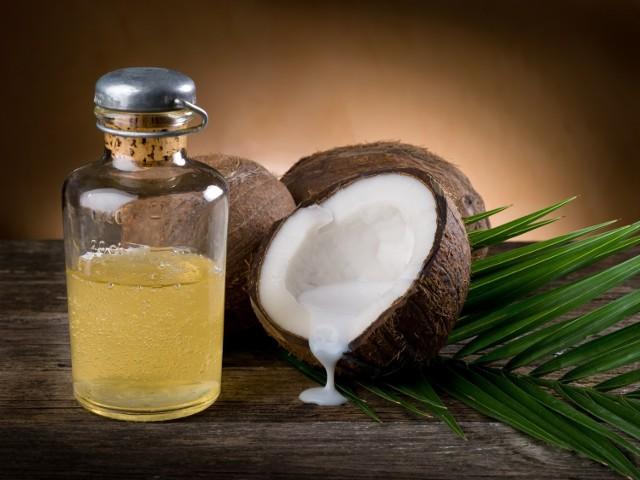 Olej kokosowy jest coraz popularniejszy. Ma właściwości prozdrowotne i stosunkowo niedrogą cenę. Są jednak specjaliści, którzy sceptycznie podchodzą do tego produktu. Jak jest naprawdę? Gdzie możemy kupić olej kokosowy i jak go stosować?