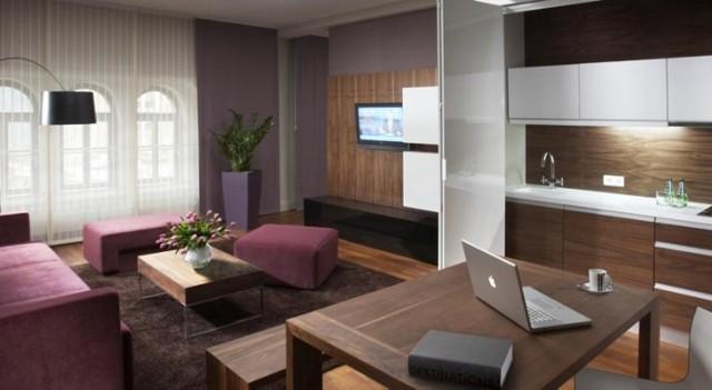 City Park Hotel & Residence *****  W hotelu znajduje się 88 luksusowych Apartamentów o powierzchni od 43 do 120 m kw. Luksusowe wnętrza oraz profesjonalna obsługa. Na wyposażeniu, w zależności od standardu znajdują się: codzienna dostawa prasy, drukarka, sejf, transport z lotniska, mini bar. We wszystkich apartamentach goście wypoczywają w łóżkach typu King Size.  Za pobyt zapłacimy od ok. 500 do 950 zł za dobę hotelową.